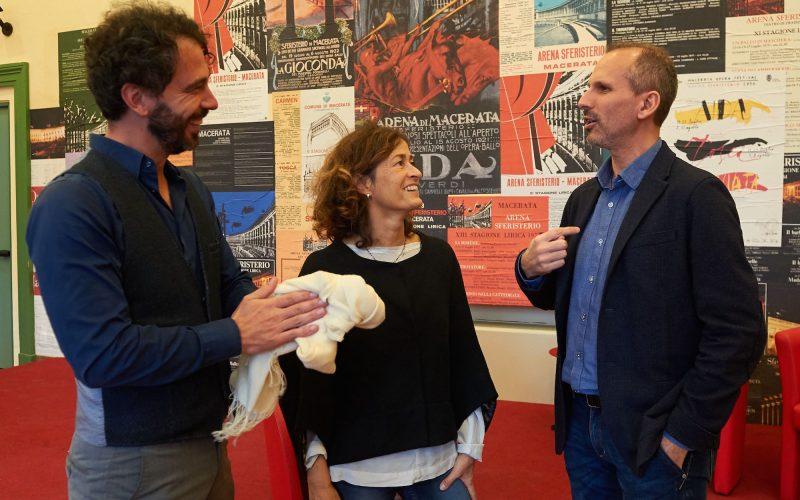 Da destra verso sinistra, il sovrintendente Luciano Messi, la direttrice artistica Barbara Minghetti e il direttore musicale Francesco Lanzillotta
